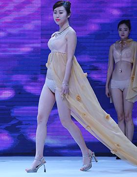 小可爱,热裤的舞者在火热的舞曲中尽展魅力