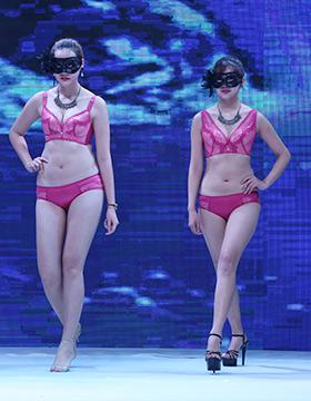 小可爱,热裤的舞者在火热的舞曲中尽展魅力,将你引入对下一场内衣大秀